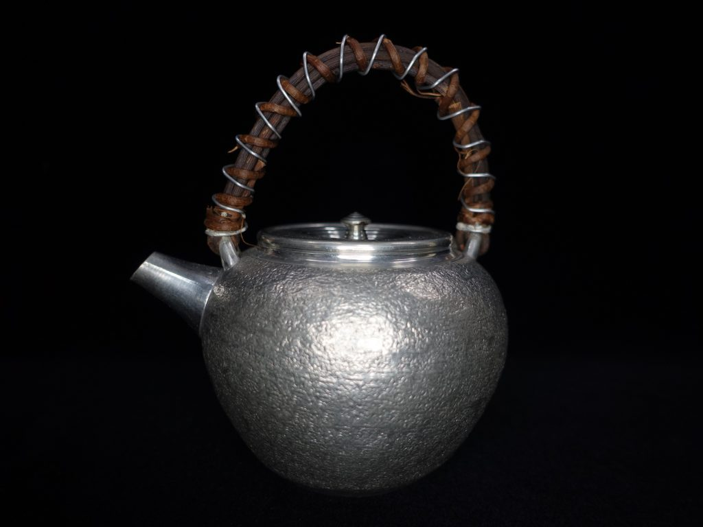【錫製品】無銘「純錫製籐編提手急須」を買取り致しました。