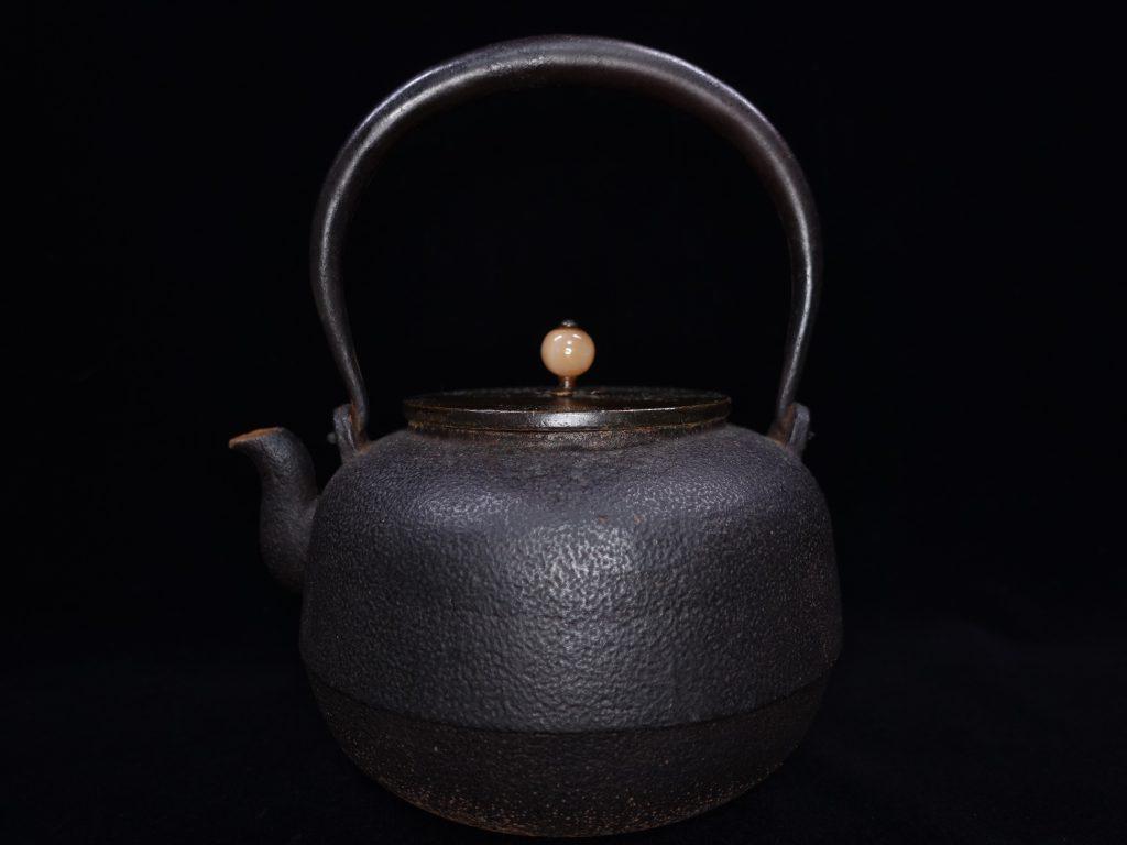 【鉄瓶、作家物】金亀堂「翡翠摘蜜柑肌鉄瓶」を買取り致しました。