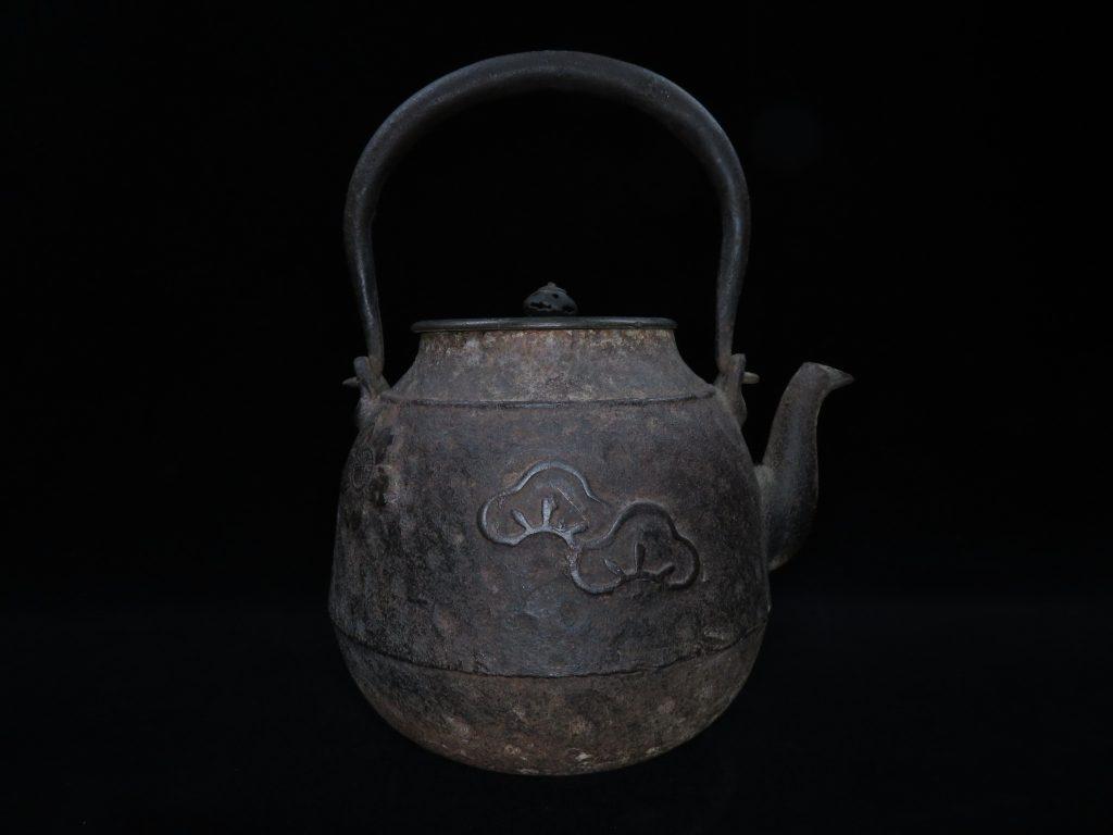 【龍文堂】「唐銅蓋花文鉄瓶」を買取り致しました。