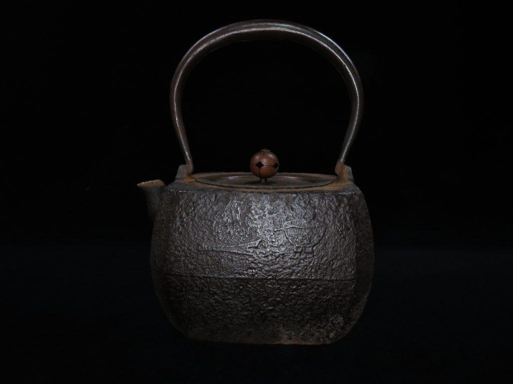 【鉄瓶・銀瓶その他】「鉄斎漢詩茶具地紋角型鉄瓶」を買取り致しました。