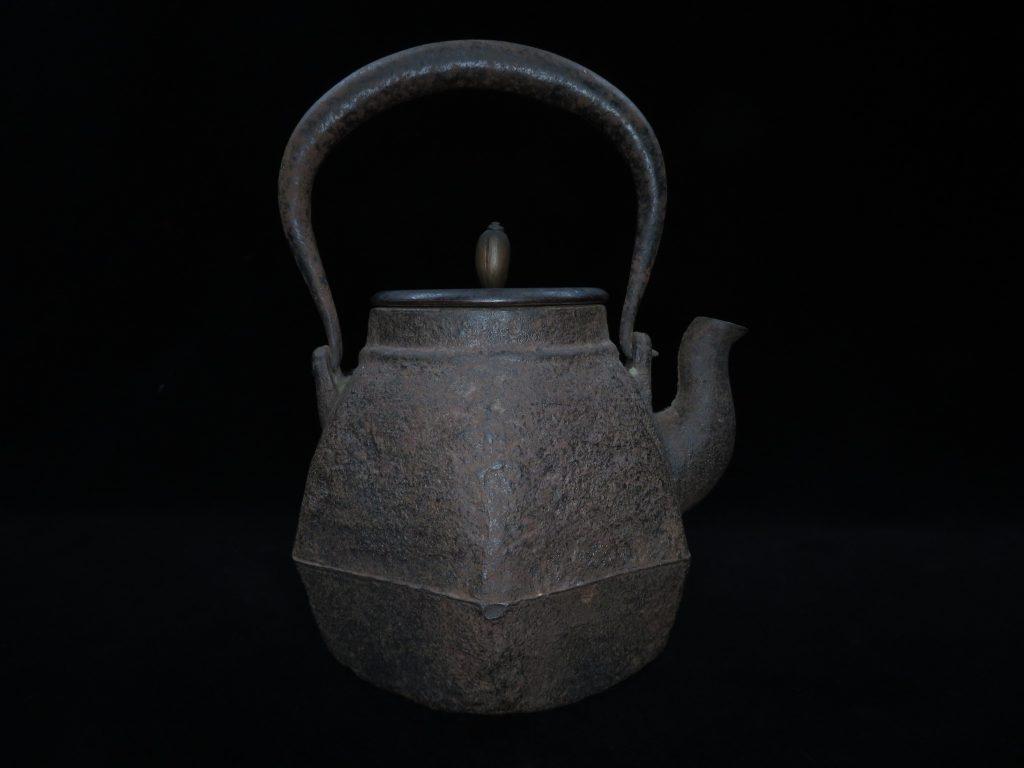 【龍文堂】「唐銅蓋六角鉄瓶」を買取り致しました。