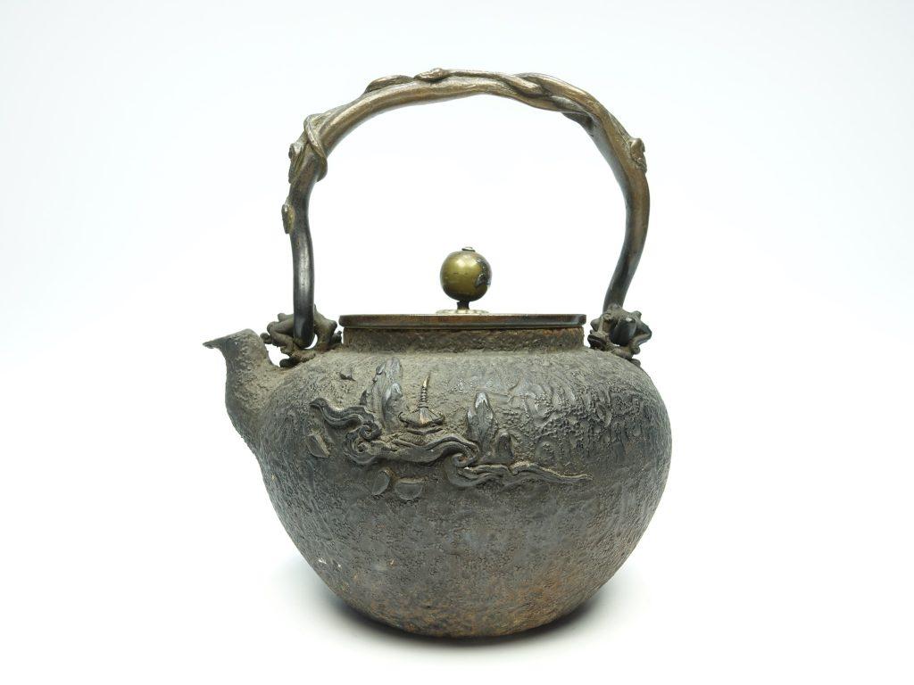 【鉄瓶・銀瓶】亀文堂 「霊芝持手雁に三日月滴鉄瓶」を買取り致しました。