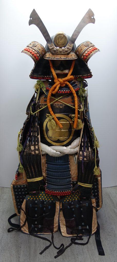 【鎧・甲冑】無銘「鷹の羽紋鉄地鎧兜」を買取り致しました。