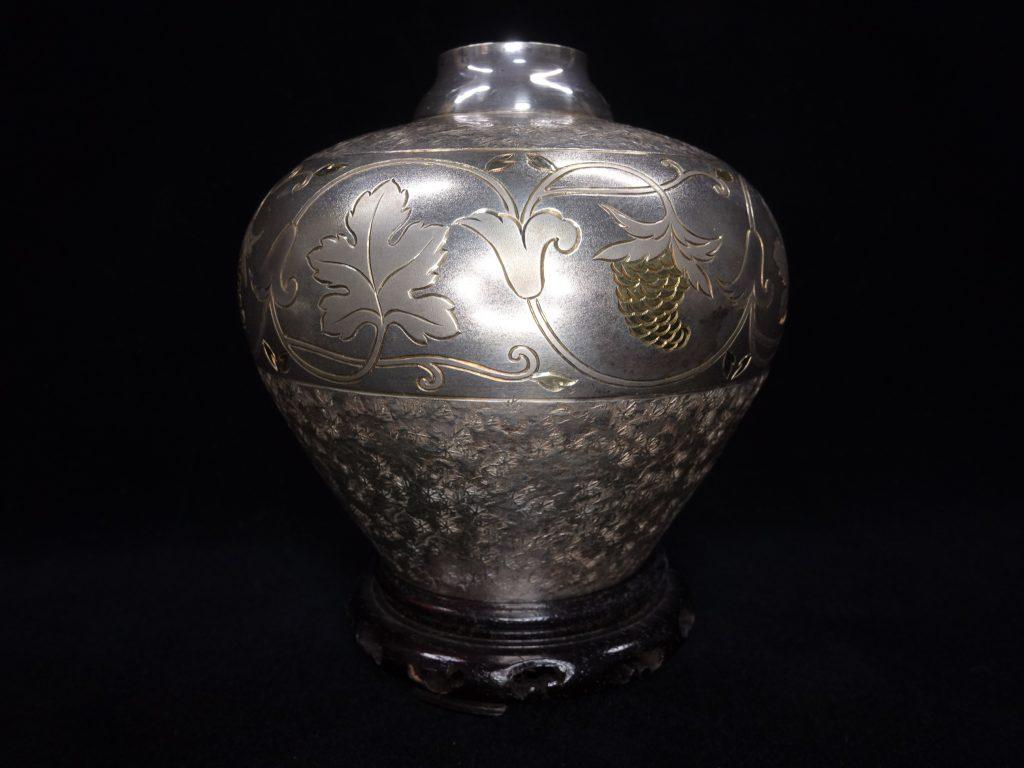 【銀製 花入】無銘「菊彫純銀製花入」 を買取り致しました。