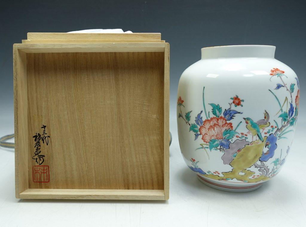 【作家物(磁器)】十三代 酒井田柿右衛門「錦花鳥文飾壷」を買取り致しました。
