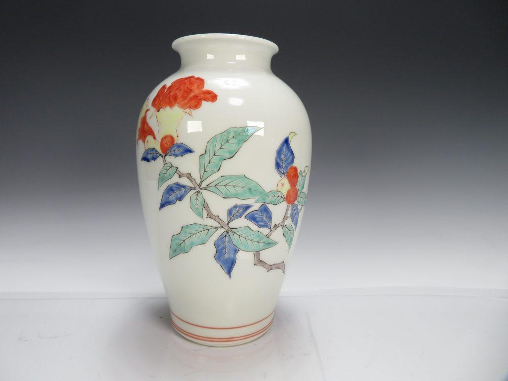 【作家物(磁器)】十三代 酒井田柿右衛門「染錦草花文花瓶」を買取り致しました。