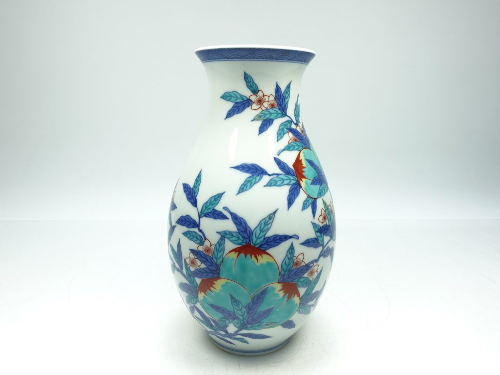 【作家物(磁器)】十四代 今泉今右衛門「錦 桃絵花瓶」を買取り致しました。