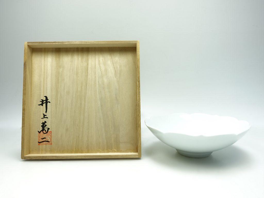 【人間国宝・帝室技芸員】 井上萬二「白磁牡丹彫文菓子鉢」を買取致しました。
