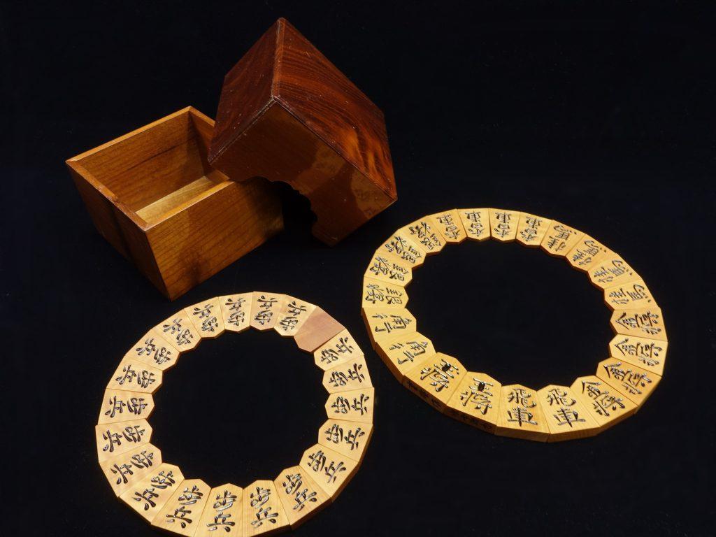 【骨董品・その他】将棋駒 重雄作「本黄楊柾目彫駒」を買取り致しました。