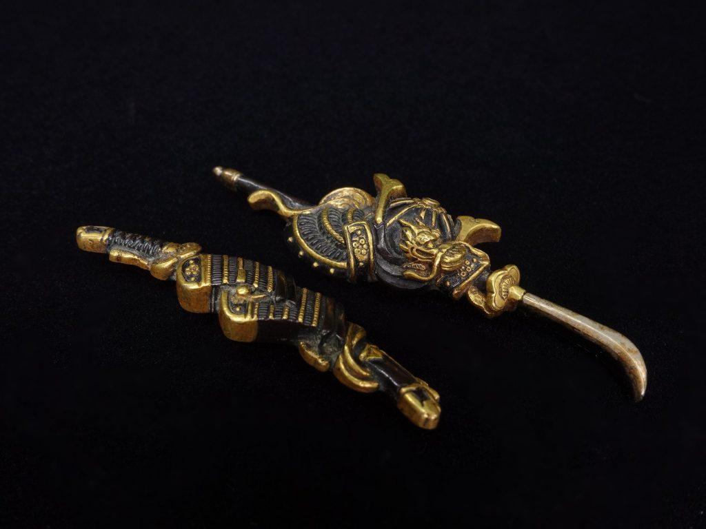【目貫】無銘 「武具甲冑金象嵌目貫」を買取り致しました。