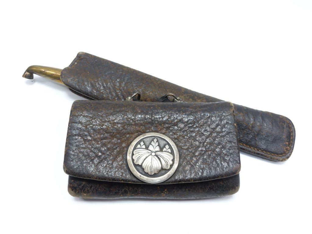 【煙管】虎彫煙管(村田)桐文銀製金具提げ莨入を買取り致しました。